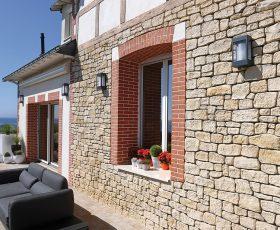 Decopierre extérieur aspect pierres sèches et briques sur isolation thermique par l'extérieur
