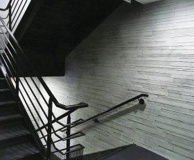 Enduit Decopierre aspect pierres sèches montée d'escalier en intérieur