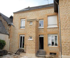 Ravalement de facade maison ancienne avec enduit Decopierre