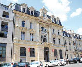 Restauration de façade pierre immeuble Caisse d'Epargne à Reims