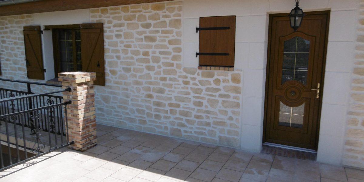 Decopierre extérieur avec encadrements en pierre de taille blanche