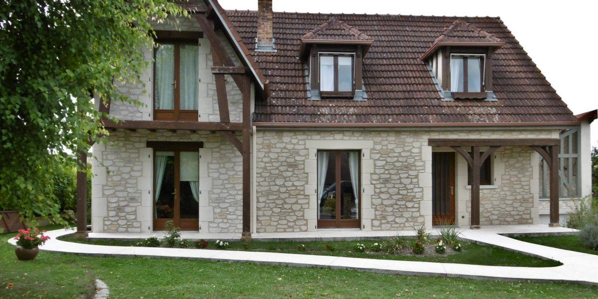Decopierre extérieur avec encadrements et chaînages d'angle en pierre de taille