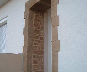 Encadrements porte d'entrée en pierre de taille et Decopierre