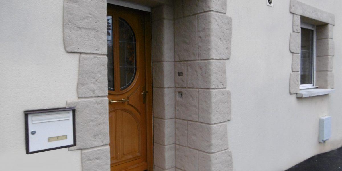 Enduit à la chaux et encadrements de porte et fenêtres
