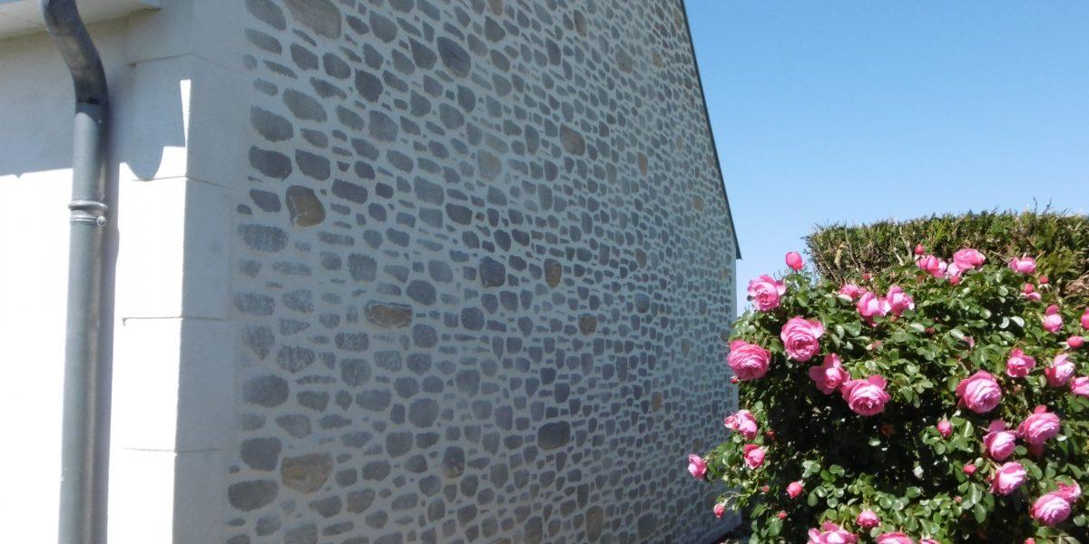 Mur en Decopierre avec chaînage en pierre de taille sur Isolation thermique par l'extérieur