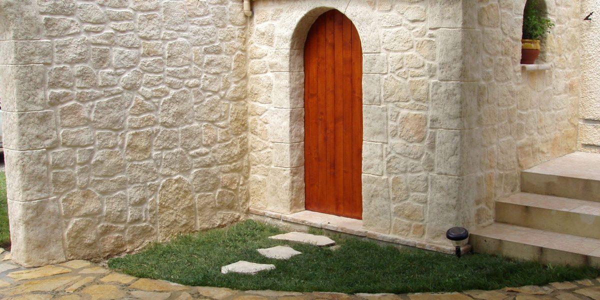 Decopierre extérieur avec chaînages d'angle et encadrements en pierre de taille