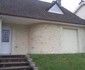 Decopierre extérieur avec chaînages d'angle et encadrements porte et fenêtres