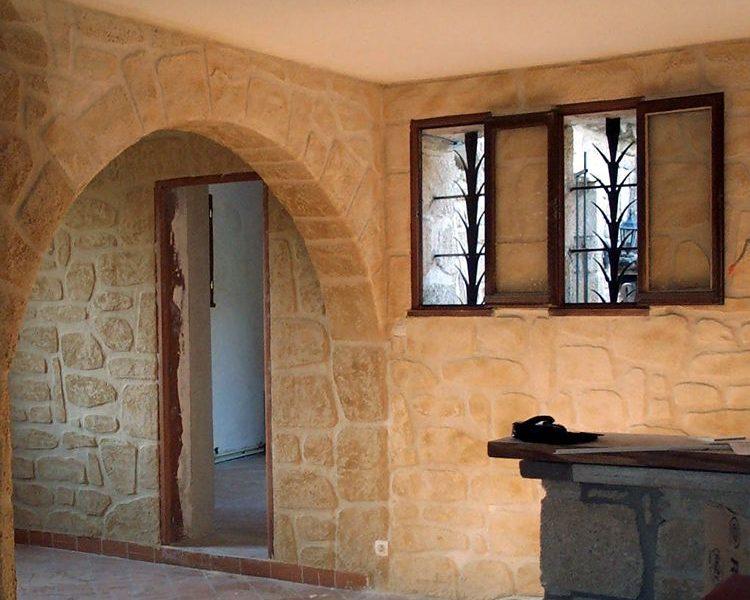 Decopierre sur mur intérieur de maison