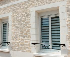 Façade et encadrements de fenêtres aspect pierre