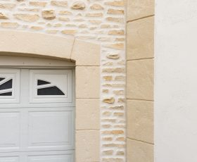 Mur et encadrements aspect pierre